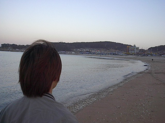 바닷가를 거니는 뒷모습