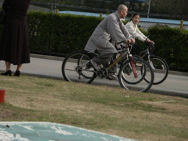 자전거 타는 스님